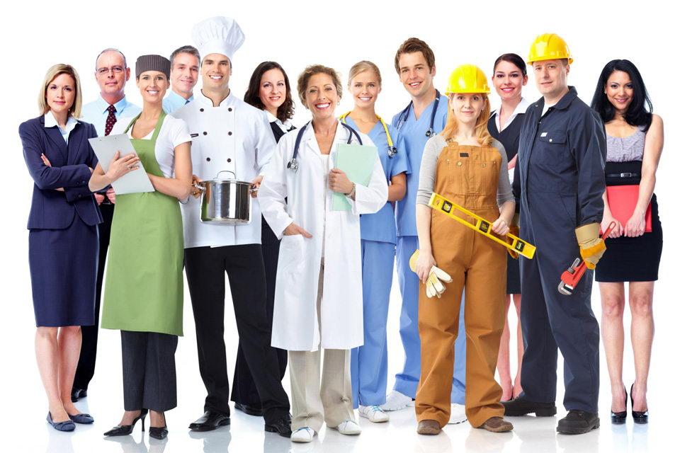8 điều cần biết dành cho người lao động nhập cư muốn làm việc tại Canada Những chương trình định cư dành cho người lao động của Canada luôn có một sức hút nhất định đối với công dân nước ngoài bởi thủ tục đơn giản và yêu cầu không quá cao. Tuy nhiên, định cư tại một đất nước xa lạ chưa bao giờ là một việc dễ dàng, ngay cả ở những nền văn hóa luôn chào đón người nhập cư như Canada. Khác với những nhà đầu tư định cư, đối tượng người lao động sẽ gặp khó khăn hơn rất nhiều khi vừa phải lên kế hoạch tài chính cho gia đình, vừa phải tập làm quen với những phong tục tập quán và ngôn ngữ hoàn toàn khác với nơi mình từng sống. Dưới đây là một số thông tin mà những ai đang cân nhắc hoặc đã bắt đầu quá trình nhập cư vào Canada cần biết. 1. 1/5 dân số của Canada là người ngoại quốc Điều đầu tiên mà người lao động nước ngoài cần biết là họ hoàn toàn không cô độc tại Canada. Quốc gia Bắc Mỹ này được biết đến là một trong những quốc gia của người nhập cư. 21,9% số người đang sinh sống và làm việc tại Canada không sinh ra ở đây, 22,3% dân số được xếp vào nhóm thiểu số hữu hình (định nghĩa của chính phủ Canada – chỉ những người không phải thổ dân, không có nguồn gốc Cáp-Ca và không có màu da trắng). Số lượng người ngoại quốc tập trung ở các trung tâm đô thị nhiều hơn so với các vùng ngoại ô. Nhìn chung, Canada là một nền văn hóa rất cởi mở, luôn chào đón những người nhập cư mới và tôn vinh chủ nghĩa đa văn hóa. Các thành phố lớn của Canada thu hút một lượng người nhập cư rất cao. Chẳng hạn ở Toronto và Vancouver, hơn 50% cư dân được xác định là nhóm thiểu số hữu hình. Toronto còn được coi là thành phố đa văn hóa nhất thế giới với hơn 200 nhóm văn hóa độc đáo hiện đang cư trú tại thành phố này. 2. Công dân nước ngoài không thật sự cần phải có một công việc để định cư tại Canada Nếu bạn là một công dân nước ngoài, bạn không cần thiết phải xin được một công việc mới có thể định cư tại Canada, tuy nhiên nếu bạn xin được việc thì sẽ dễ dàng hơn rất nhiều. Hệ thống xét duyệt nhập cư nhanh