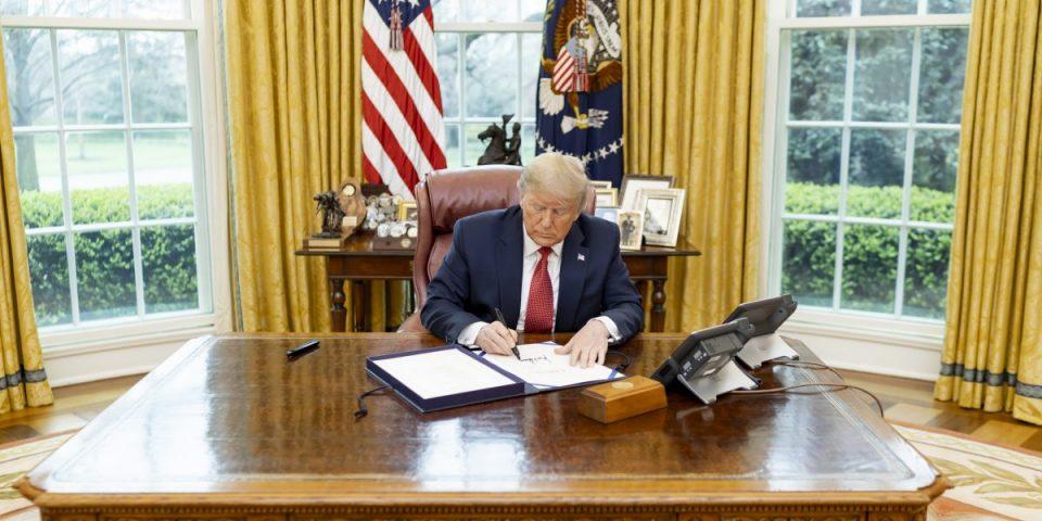 Tổng thống Donald Trump về tạm thời đình chỉ nhập cư